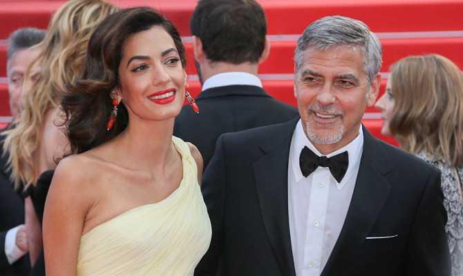 I gemellini Clooney piangono in aereo? George e Amal regalano cuffie ai passeggeri!