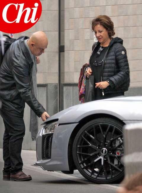 Crozza che macchina! Il comico e la moglie a bordo di una supercar da 210 mila euro