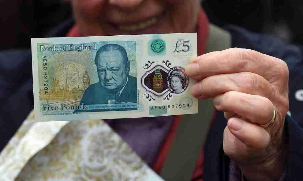 Londra, ristorante vegano rifiuta le banconote da 5 sterline: sono fatte con grasso animale!