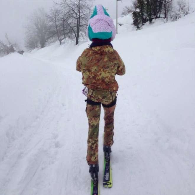 Abruzzo, un alpino e una bimba in spalla: due km sugli sci per salvarla.