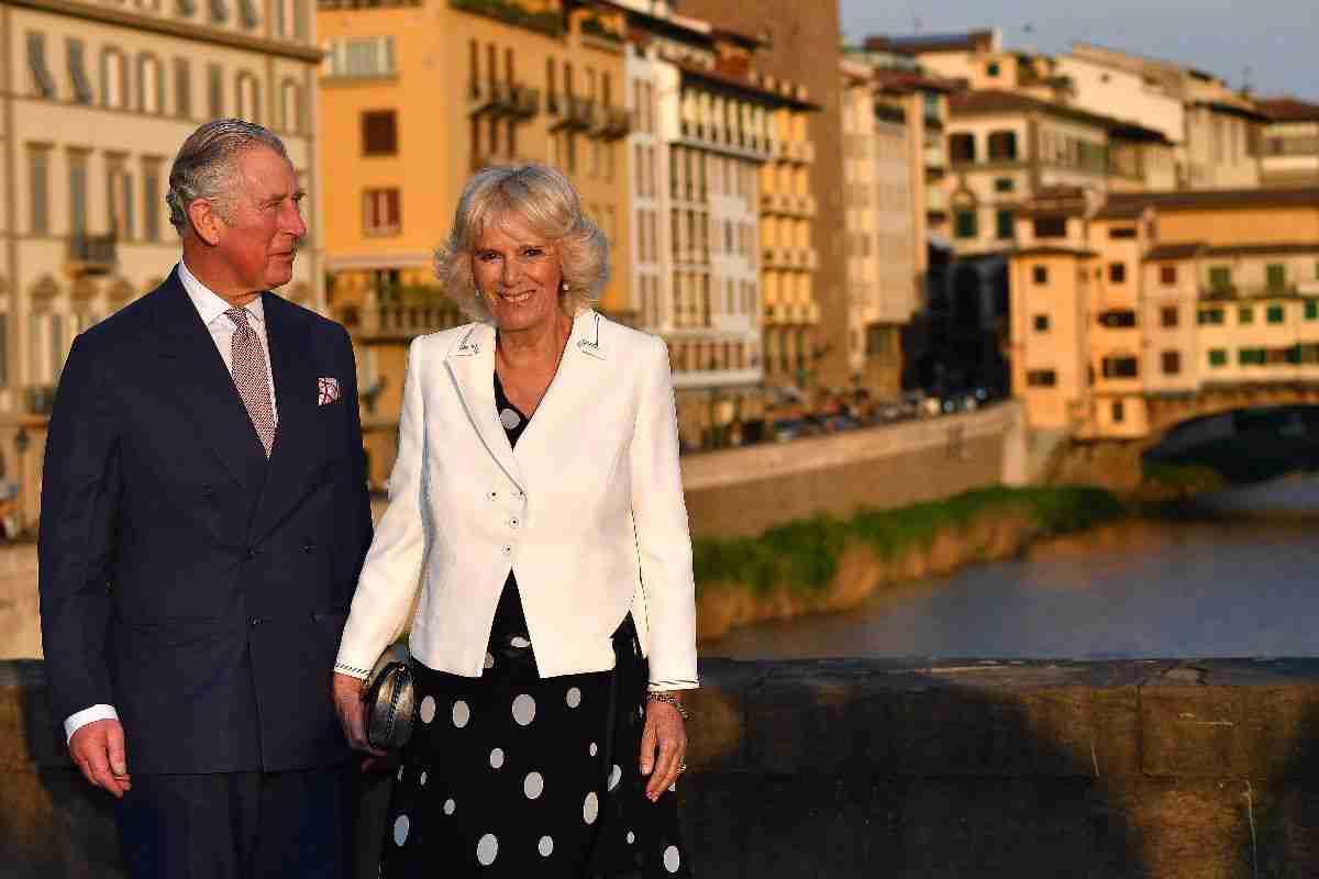 Carlo e Camilla a passeggio sui ponti di Firenze, lui scherza coi fotografi: Siete troppi!