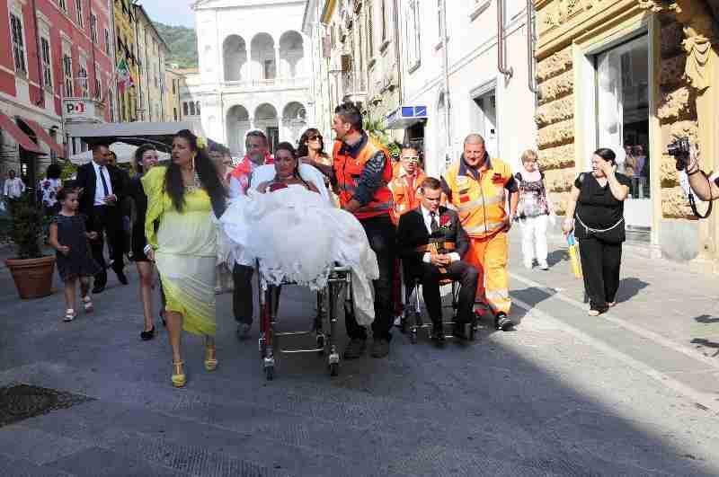 Matrimonio In Ambulanza : Matrimonio pazzo con lo sposo che arriva in ambulanza