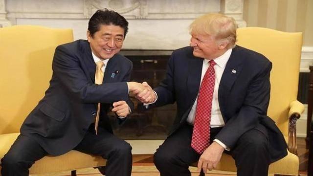 stretta-di-mano-trump-e-premier-giapponese
