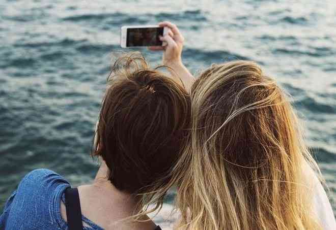 coppia-selfie-mare