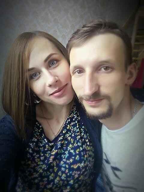 Russia, trova una vecchia foto in cui dava un bacio a una bambina: la rintraccia e la sposa