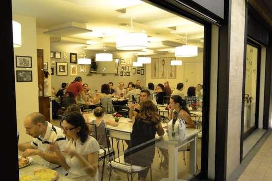 'Cosi mi spaventa i clienti!' Sgridata al ristorante dopo una crisi epilettica.