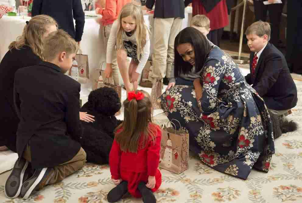 Ultimo Natale degli Obama alla Casa Bianca. Ecco gli spettacolari addobbi (Video)