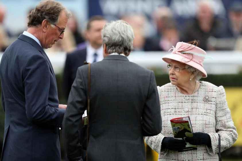 Londra: trovata per strada chiavetta usb con tutti i segreti dei sistemi di sicurezza della Regina!