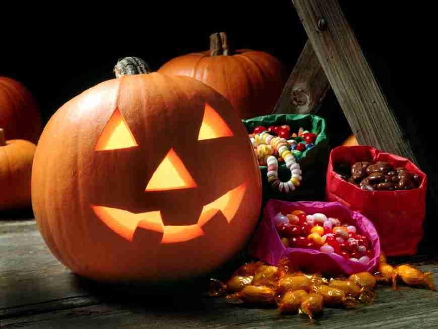 Niente dolcetto o scherzetto! Un prete sfida Halloween.